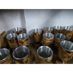 Taça 250 ml em madeira talhada, com interior em alumínio.